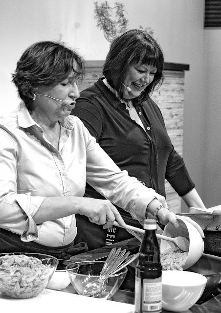 """Kochshow: Streetfood & Sambal""""-Siegerin Barbara Steinbauer-Groetsch und Claudia Zaltenbach in der Showküche der Buchmesse 2015."""