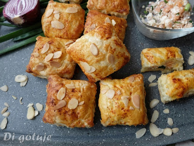 Poduszeczki z ricottą i wędzonym łososiem (z ciasta francuskiego)
