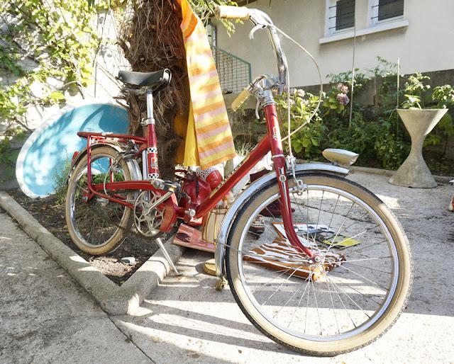 un vélo Peugeot aux encombrants