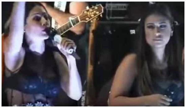 Resultado de imagem para Veja vídeo: Fã derruba Simaria após invade palco e leva soco de Simone