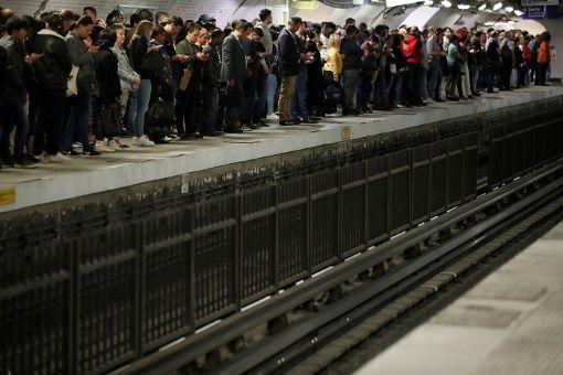 Transporte público de París realiza huelga contra reforma de pensiones