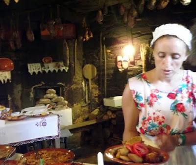Senhora com prato de comida na Festa do Caldo de Quintandona