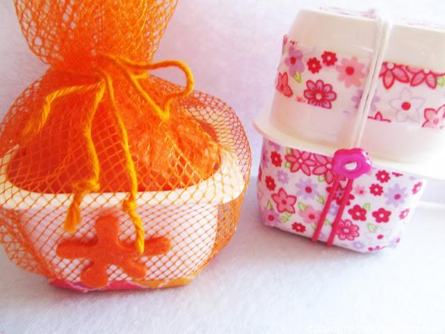 Empaquetado bonito con vasos de yogur