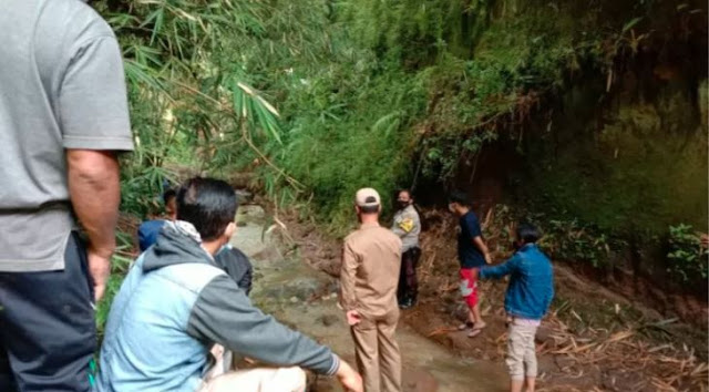 Gadis Ditemukan Dalam Kondisi Tak Bernyawa Tertancap Bambu, Ayah Meninggal & Ibu Jadi TKW