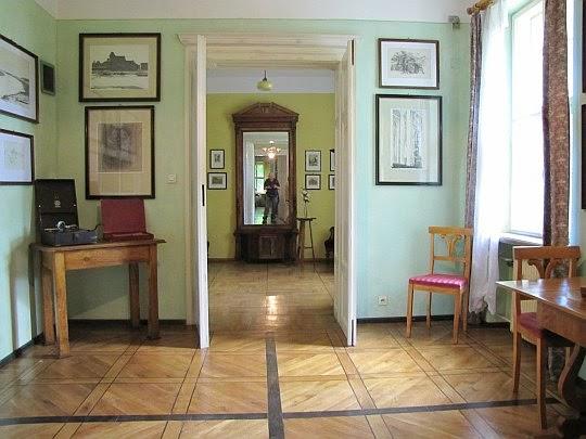 Pokój Halszki. Przez otwarte drzwi widać sąsiadujący pokój Atessy.