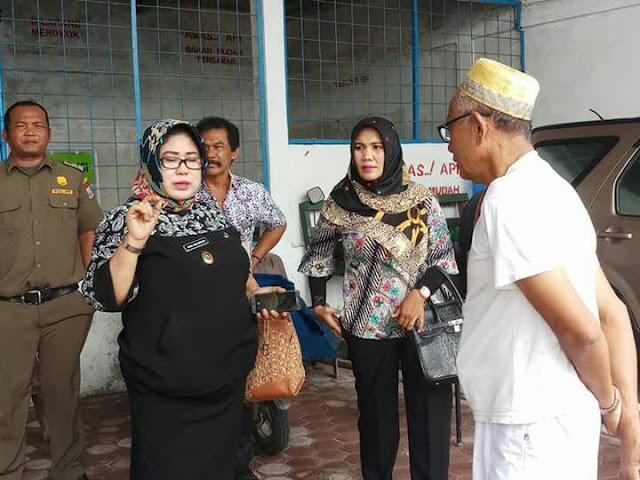 Darul Yana Siregar, Kepala Bagian Perekonomian Pemko Tanjungbalai saat mengunjungi salah satu keagenan gas elpiji ukuran 3 kilogram di Kota Tanjungbalai, baru-baru ini.