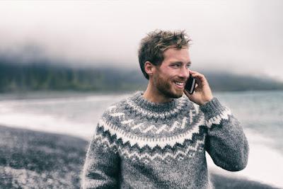 Chico realizando una llamada utilizando una telefóno con tarjeta SIM en Islandia