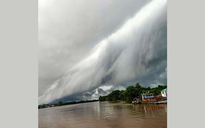 awan gelombang tsunami