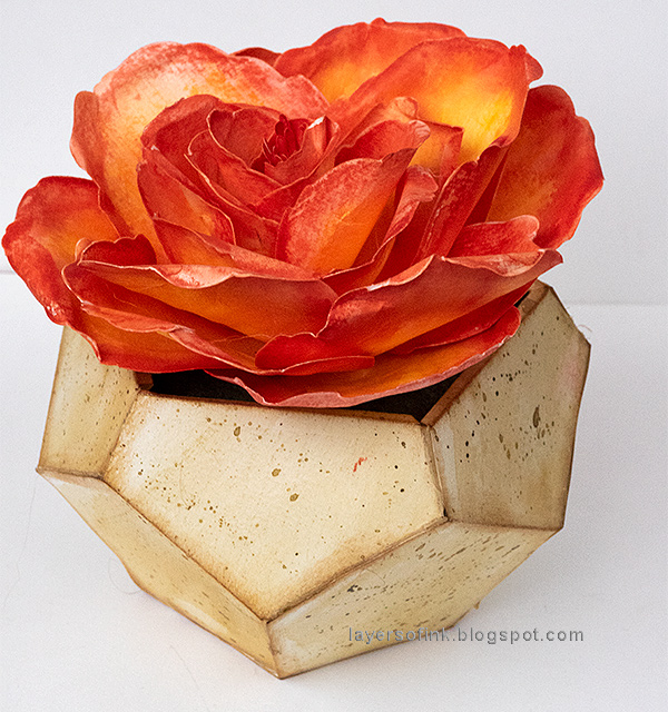 Layers of ink - Paper Rose in Geometric Vase Tutorial by Anna-Karin Evaldsson, with Sizzix dies by David Tutera and Lynda Kanase.