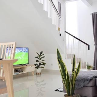 ruang keluarga kecil sederhana tanpa kursi