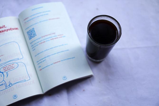 Membaca buku ringan Recehan Bahasa
