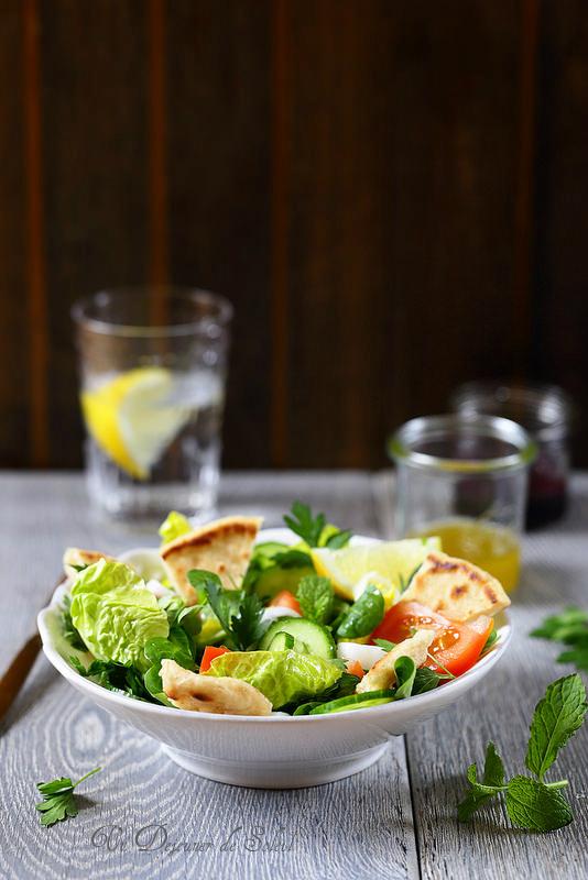 Fattouche ou fattoush salade libanaise aux tomates, concombre et pain pita