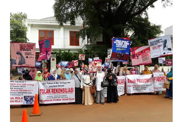 Emak-emak Geruduk Rumah Prabowo, Desak Tolak Rekonsiliasi