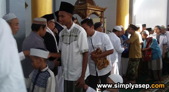 SILATURAHMI : Jamaah masjid  Babussalam Duta Bandara Kubu Raya Rabu (5 Juni 2019) atau 1 Syawal 1440 Hijriah saling bersalaman dengan sesama Jamaah begitu selesai pelaksanaan Sholat Id.  Foto Asep Haryono