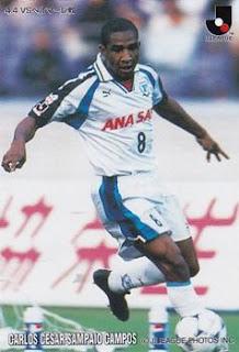 Foto de Cesar Sampaio com a camisa do Yokohama Flügels.