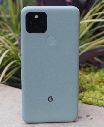 Bagian belakang Google Pixel 5 di Sorta Sage