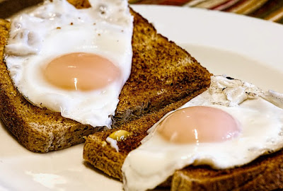 2 Fried Eggs on Low-Calorie Toast