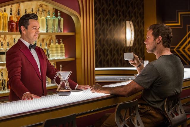 Arthur l'androïde barman (Michael Sheen) et Chris Pratt dans Passengers