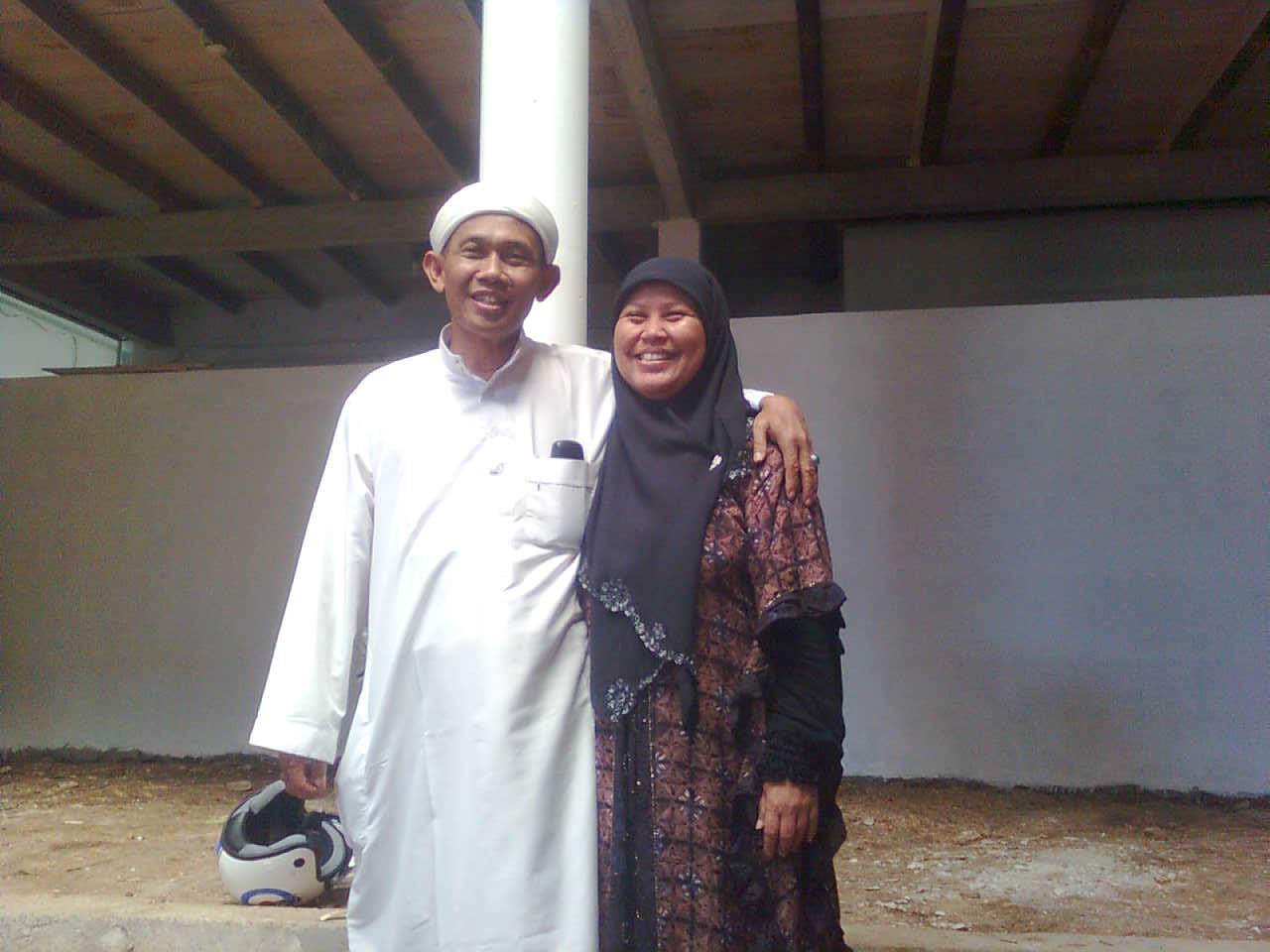 Drs. KH. M. Ibnu Mukti, M.Pd.I dan Ibu Nyai Permata Ulfah