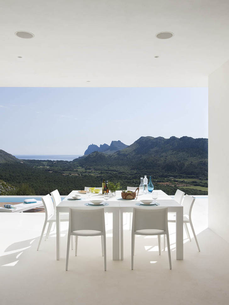 White dining table in Casa 115 by Miquel Àngel Lacomba