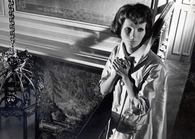 Christiane Génessier di film Eyes Without a Face (1960) harus memakai topeng karena wajahnya rusak