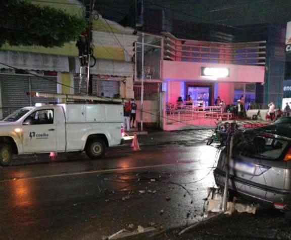 Fiação foi arrancada por caminhão no centro de Amargosa nesta segunda