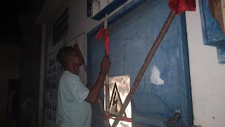 Syalahudin Kabalmay saat memasang palang digardu PLN yang terletak dijalan Pattimura Kora Tual