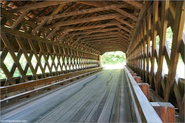 Interior del Ware-Hardwick Covered Bridge en Massachusetts