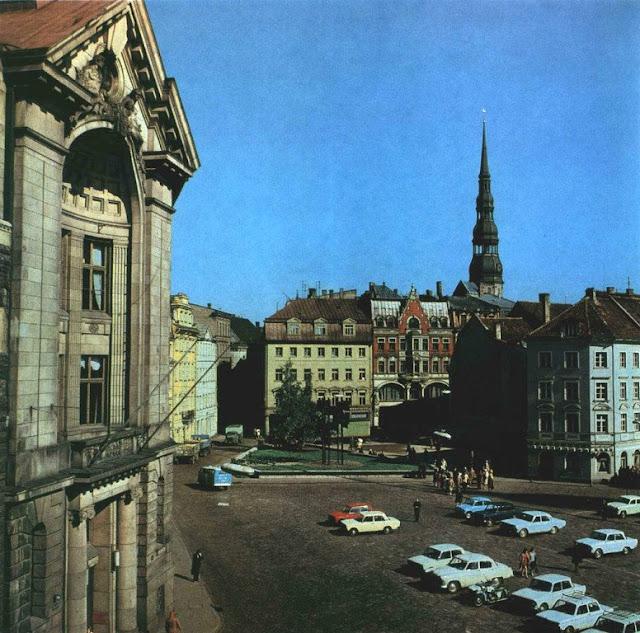 """1970-е годы. В Старой Риге на площади 17 Июня (скан из фотоальбома """"Riga"""", изд-во """"Avots"""", 1981 год)"""