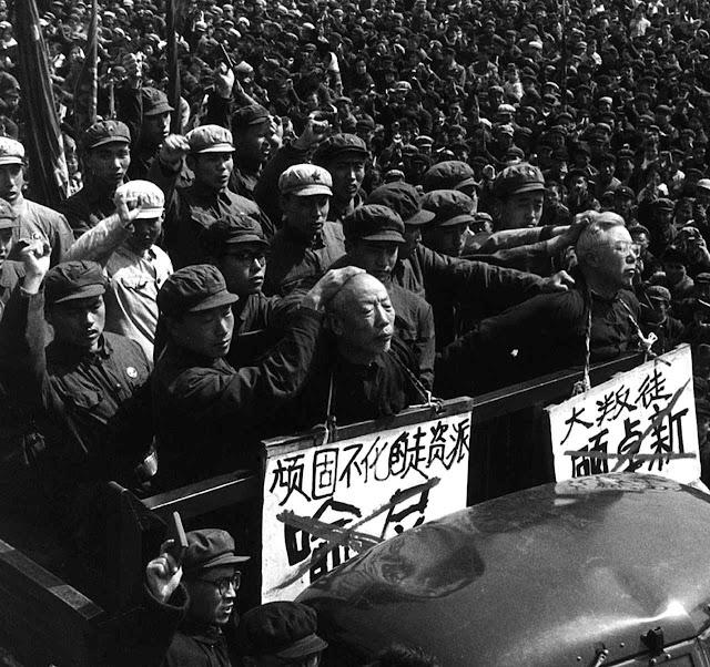 """Mao prometeu aguardar que """"cem flores desabrochassem"""", mas preparava a massacre moral da Revolução Cultural."""