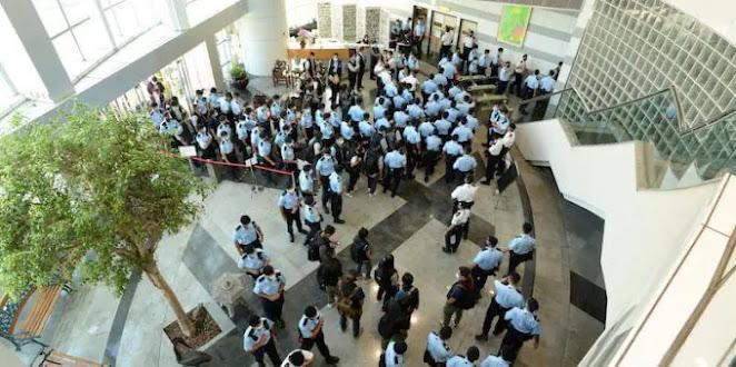 Blitz negli uffici Apple Daily, Hong Kong: arrestati direttore e dirigenti redattori pro-democrazia