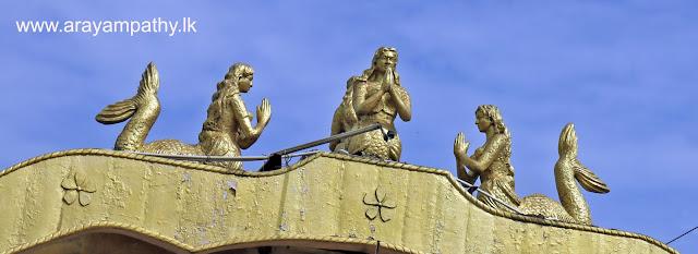 மட்டக்களப்பு வரவேற்பு வளையில் நீரர மகளீர் மற்றும் மீன் சின்னம்