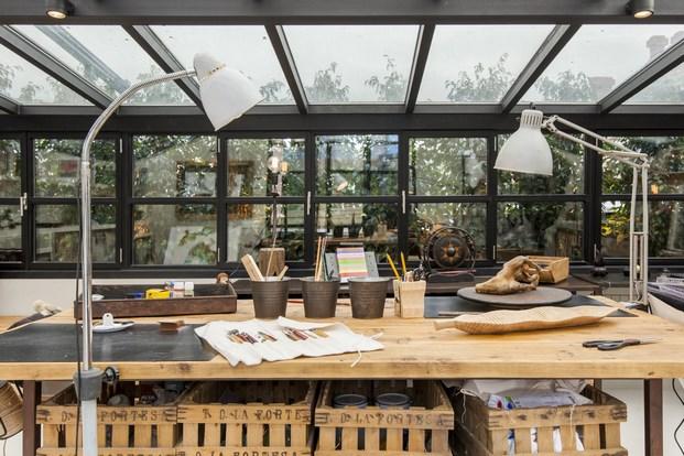 taller-manualidades-pintura-bricolaje-mesa-madera-estilo-industrial-techo-cristal-vintage-piezas-muebles
