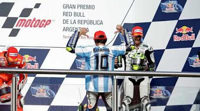 Rossi memakai kaos dengan nama Maradona.jpg