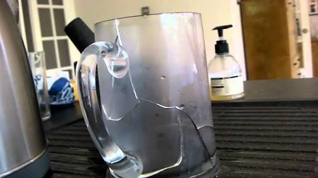मोटे कांच के गिलास में गर्म चाय डालने से गिलास टूट जाता है,किंतु पतले कांच के गिलास में ऐसा नहीं होता क्यों?