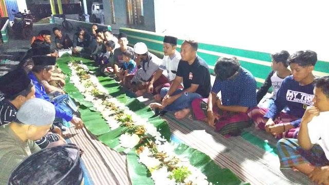 Kades Gaul Makan Bareng Pemuda di Jalan
