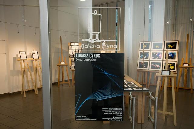 """""""Świat obrazów"""" wystawa fotografii odklejonej Łukasza Cyrusa w Galerii Fryna, 2018"""