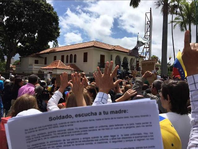 """""""¡Suelta tu arma!"""": opositoras venezolanas protestan en Día de la Madre"""