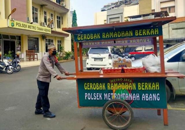 Ramadhan Barokah, Polsek Tanah Abang Bagikan Makanan Untuk Berbuka Puasa