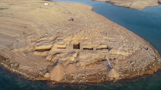 Засуха открывает потрясающий древний дворец в засохшем водохранилище в Ираке