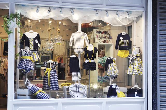 conjuntos de ropa a juego de tonos azules, blancos y amarillo