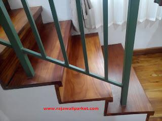Contoh terpasang papan tangga kayu jati