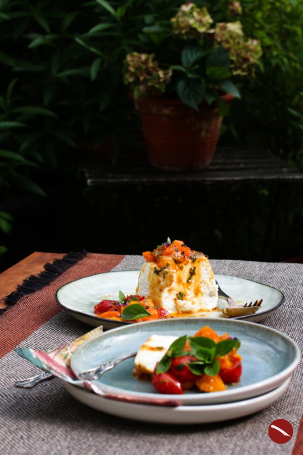 Ricotta Fresca im Ofen gebacken mit Tomaten und Nektarinen, ein sommerliches, leichtes, italienisches Rezept, ideal als Vorspeise oder als kleiner italienischer Snack zwischendurch. #ricotta #nudeln #süß #selbermachen #spinat #ricottafresca #italienisch #backofen #gnocchi #kochen #rezepte #tomatensauce #tomaten #fettarm #lowcarb