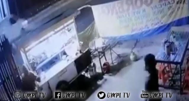 Video Begal Nyaris Menyerang Pedagang Nasi Goreng Dengan Cluritnya