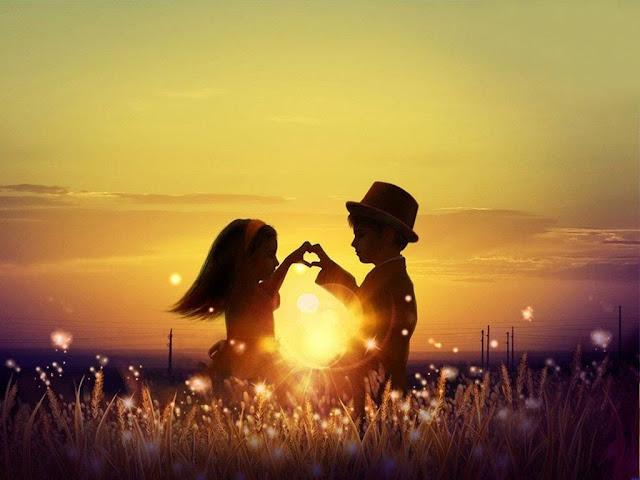dy fëmijë duke kërcyer në perëndim të diellit