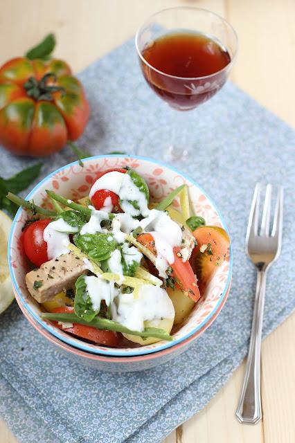 Insalata di tonno, patate novelle, fagiolini, pomodori e cipollotti con salsa allo yogurt