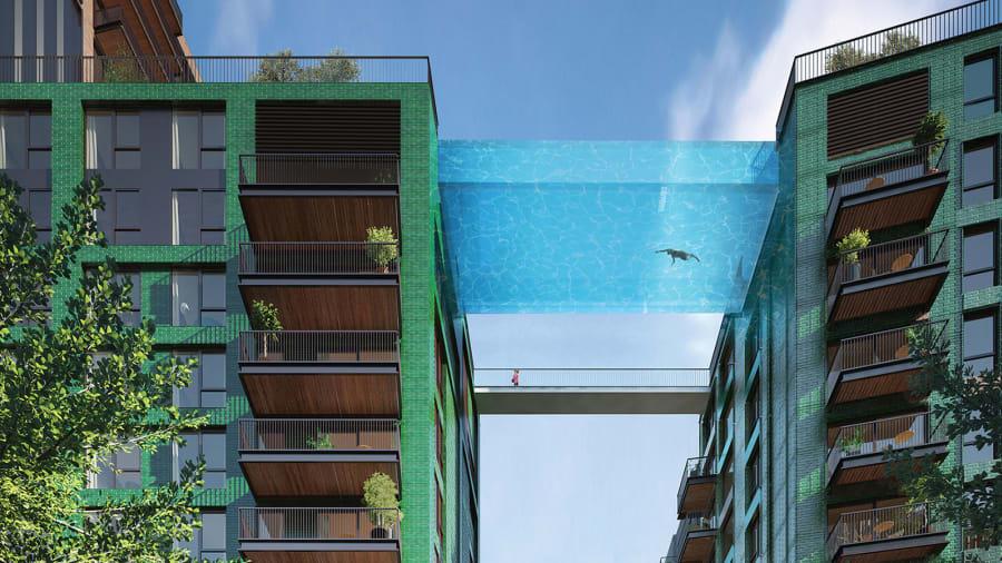 Hồ bơi nhìn xuyên thấu bắc qua hai tòa cao ốc ở London nhìn từ phía dưới