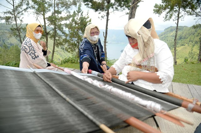Jadikan Ulos dan Gorga Batak Mendunia, Nawal Temui  Perajin Kawasan Danau Toba