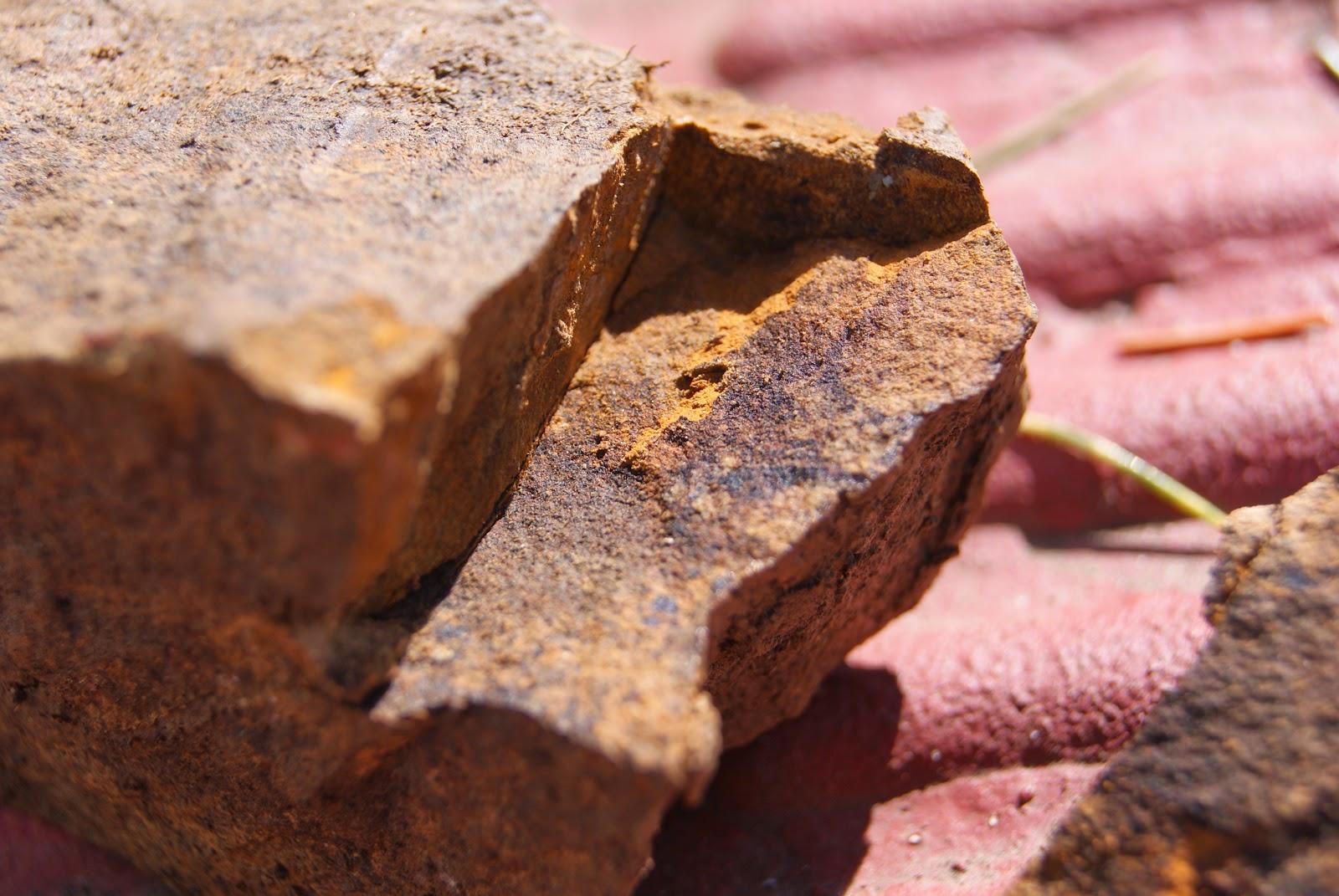 Roca fragmentada que nos ayuda a saber su composición y dureza