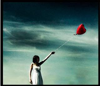 Imagen de una mujer sosteniendo un globo con forma de corazón
